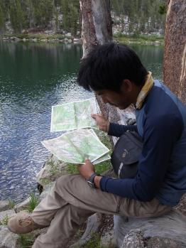 地図を見る西川