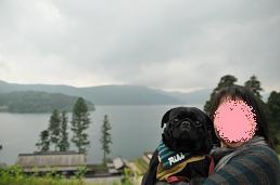 芦ノ湖をバック