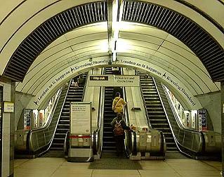 ロンドン  エスカレーター c