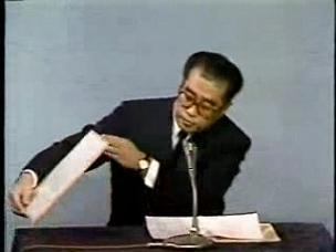 小渕官房長官 新元号「平成」発表  その2 覗きこむ