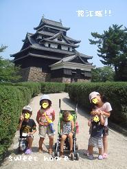 松江城前にて