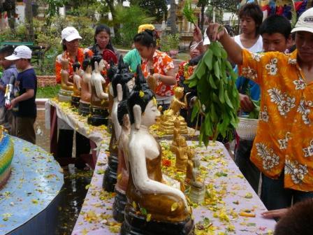 仏像に水かけ