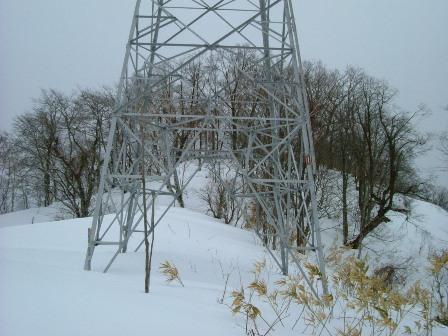 山頂手前送電線