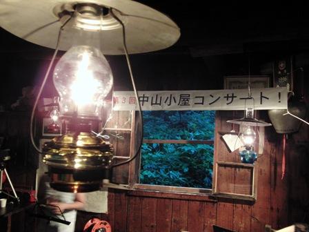 小屋とランプ