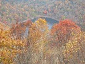 紅葉の向こうに豊似湖