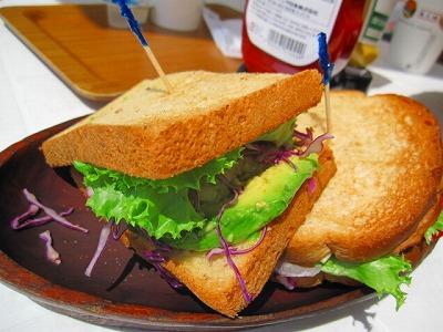 ヘルシーなアボカドサンドイッチ。