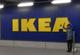 IKEAで謎のポーズ