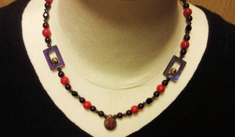 赤と黒のネックレス