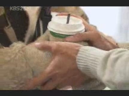 エディ春頭さま03イピョンガン#10コーヒーを渡しつつ手を握る