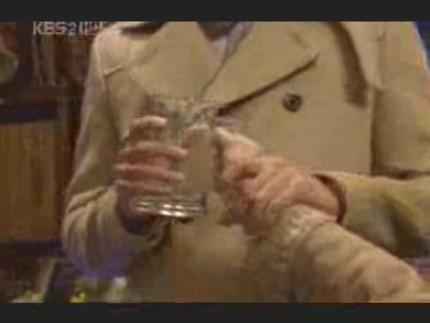 エディ春頭さま08イピョンガン#10ジョッキを受け取りつつ手を握る