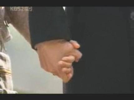 エディ春頭さま16イピョンガン#10お墓の前で手を握り