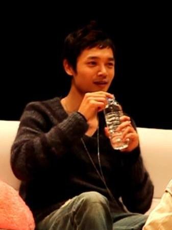 ドヨン王子のペットボトルのお水の飲み方02