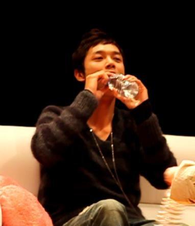 ドヨン王子のペットボトルのお水の飲み方06