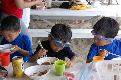 s-BBQ食べる子ども達20110819