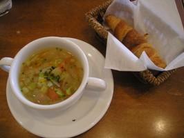 パスタランチのスープとパン
