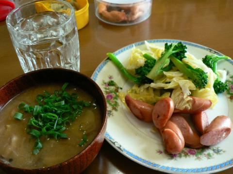 ウインナー炒めと味噌汁とご飯でブランチ