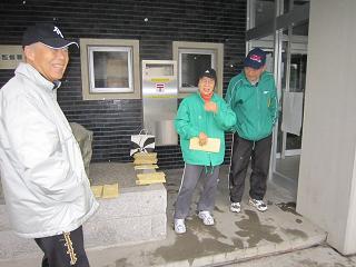 雨の朝練・会報配付 002 20 雨宿りでの配付