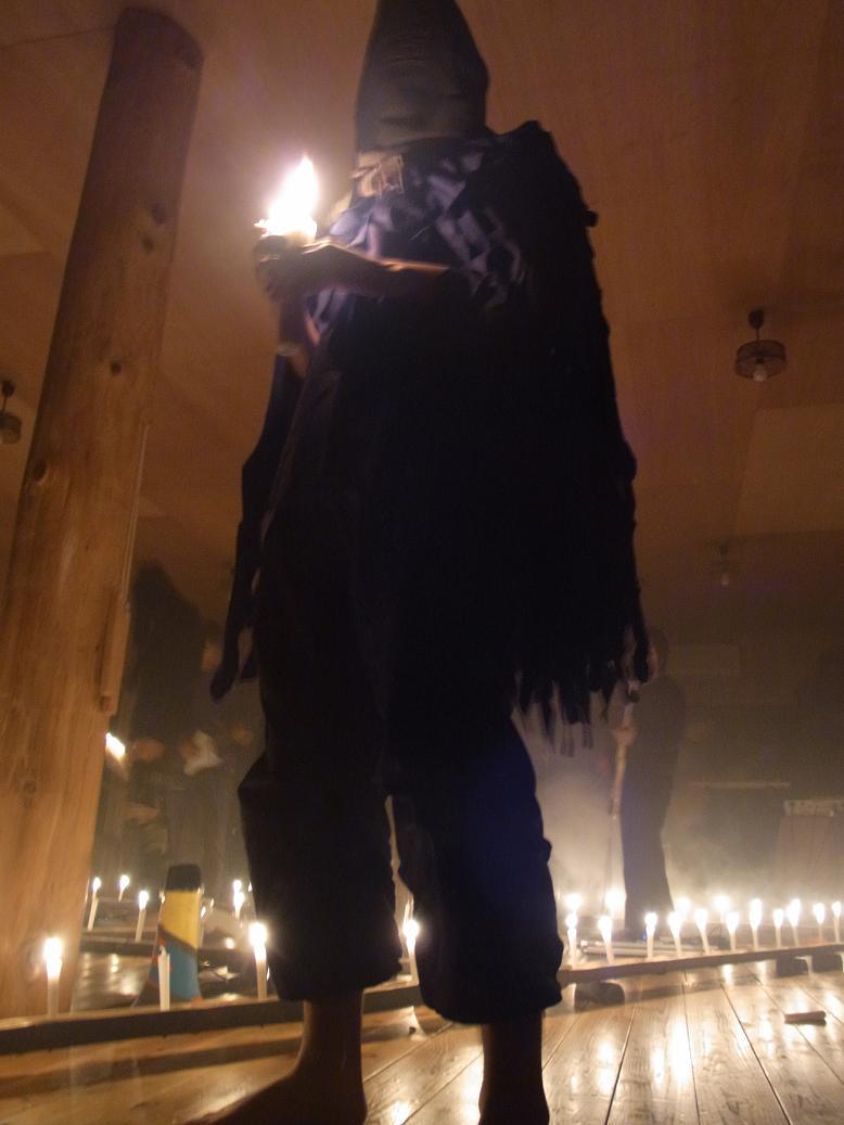 蝋燭の灯りで布地を観る012