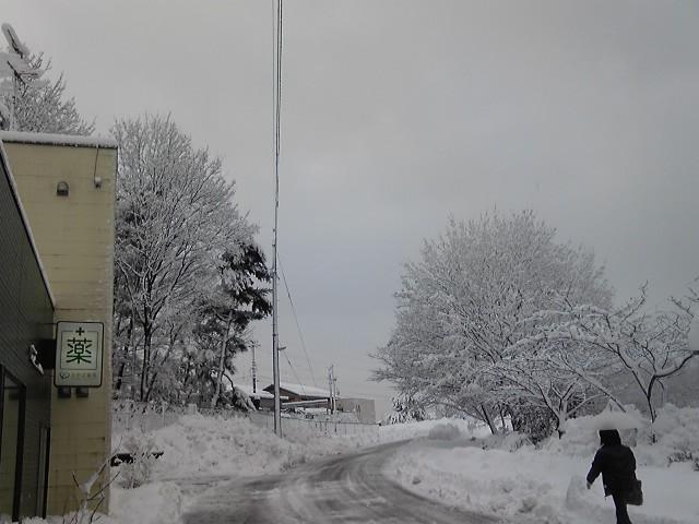 積雪 薬局前道路