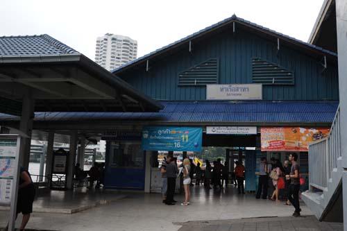 サートーン駅