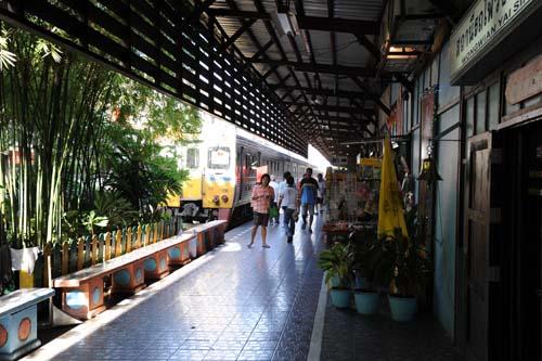 ウォンウィエン・ヤイ駅