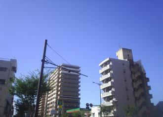 01 ビルと青空 (30%)