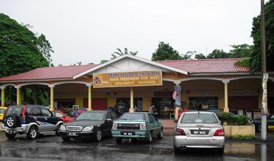 タンピン駅舎の前の食堂
