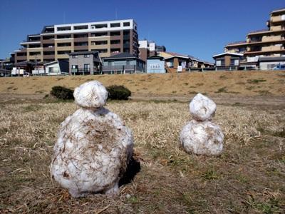 多摩川沿いの運動場の雪だるま