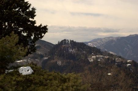 日の出山山頂から眺める御岳山