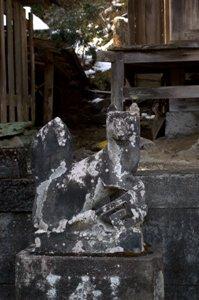 滝本駅前にある稲荷社の狛犬