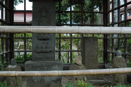 浅間神社前の石仏たち