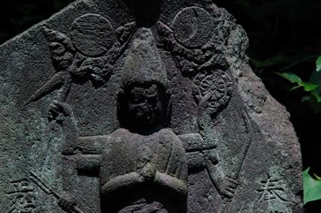 神社の前の庚申塔