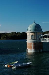 多摩湖の取水口とボート