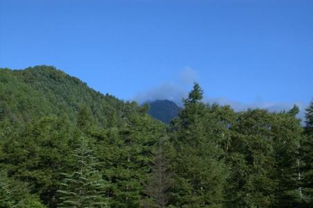 雲がかかる赤岳