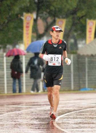「第4回天草マラソン大会」完走目前の軍手と僕:火ばさみ日記
