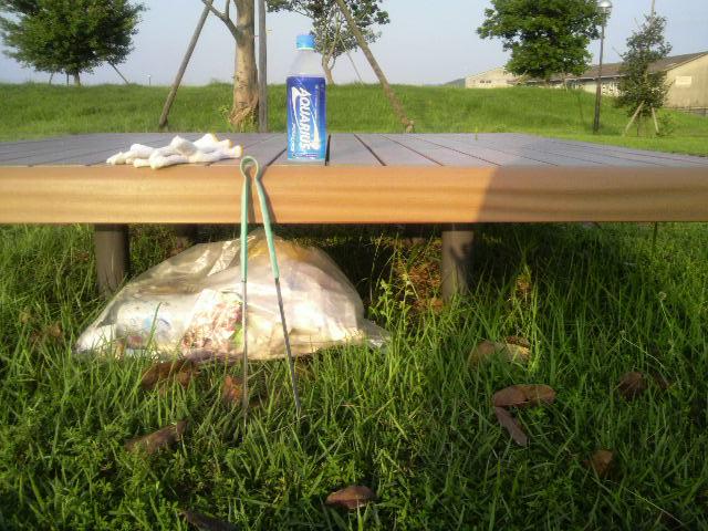 東港公園のベンチの下にゴミを隠して走る(カラス対策)