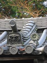 南禅寺の鬼瓦と菊