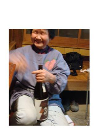 母、日本酒を開ける