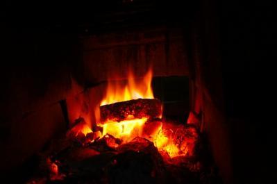 火で暖炉を囲む