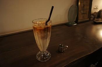 アイスカフェラテで喉を潤します。
