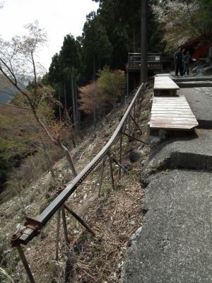 駅とレールとすごい斜面