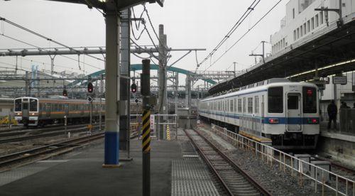 東武8000系とJR211系の出会い(2012年3月22日・大宮駅)