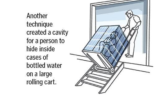 応用したテクニックとして、ボトルウォーターが詰まったケースの中に人が隠れるだけの空間を作ることができる。