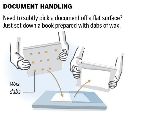 机の上などの平らなところに置かれた重要書類を、巧妙に盗み出すためにはどうしたらよいか。予め糊を塗布しておいた本を、その上にのせるだけだ!