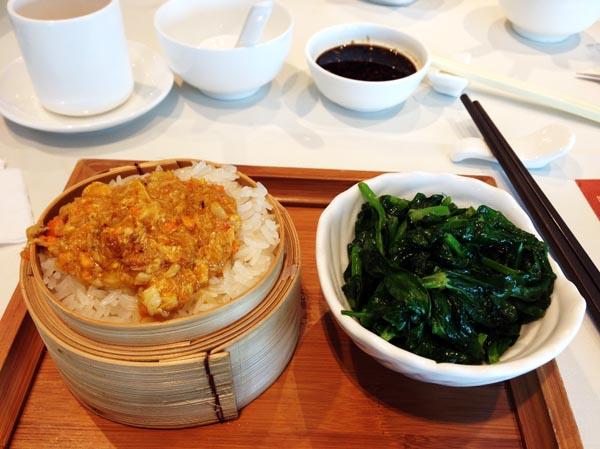 蟹肉ミソ入りおこわと豆苗の炒め物