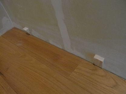 フローリング張り チーク材  最後の板 くさび