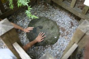 石にタッチ