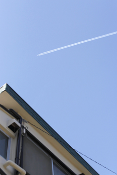 快晴の飛行機雲