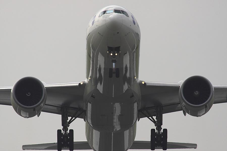 JAL B777-346ER JAL3002@RWY14Rエンド・猪名川土手(by EOS50D with SIGMA APO 300mm F2.8 EX DG/HSM + APO TC2x EX DG)