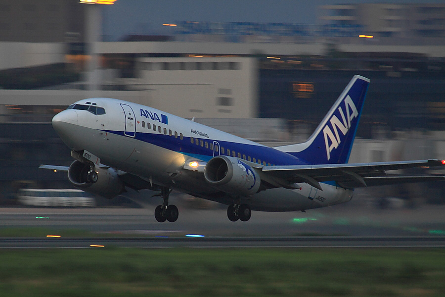 AKX B737-54K ANA519@RWY14Rエンド猪名川土手(by EOS50D with SIGMA APO 300mm F2.8 EX DG/HSM + APO TC2x EX DG)
